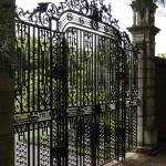 Felújított kovácsoltvas kapu a XVIII századból